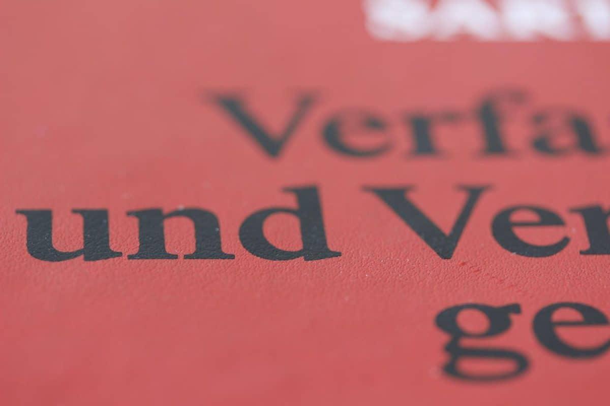 Nahaufnahme eines Buches zum Verfassungsrecht und Verwaltungsrecht für Examensrechner Jura